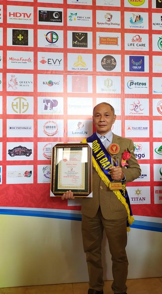 Hình ảnh Ông Đường nhận giải thưởng